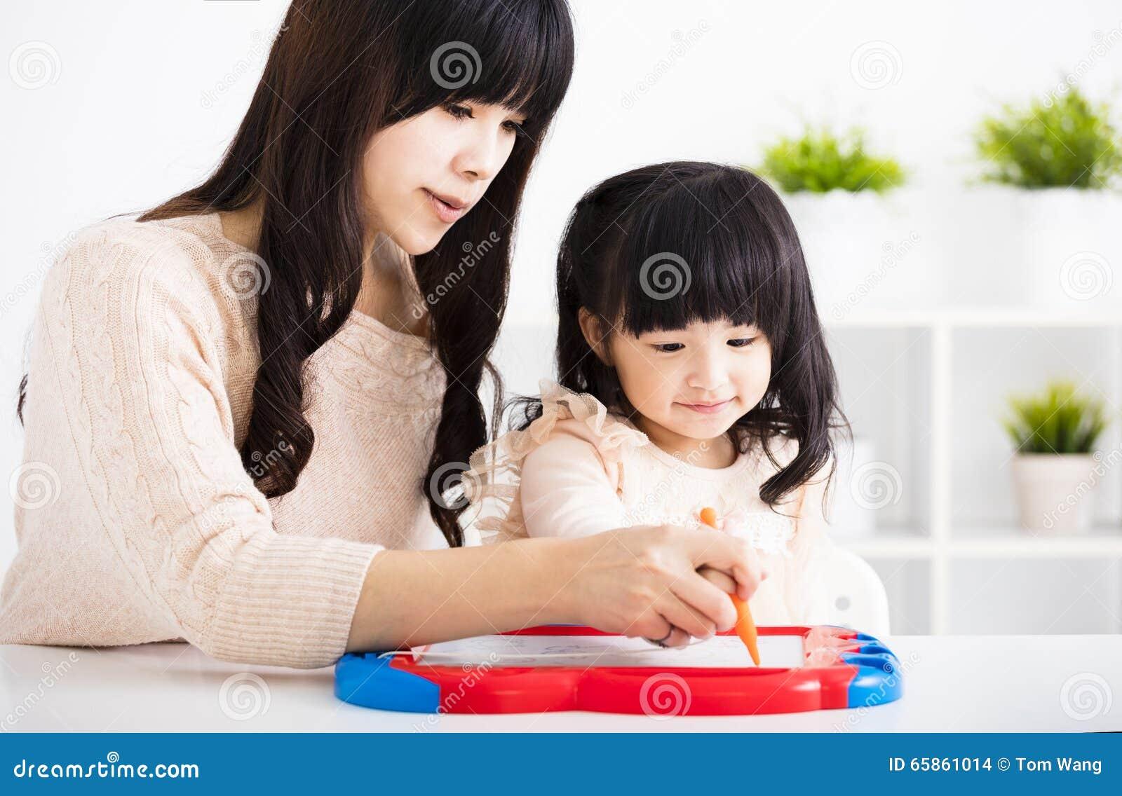 Дочь ребенка порции матери или учителя к записи