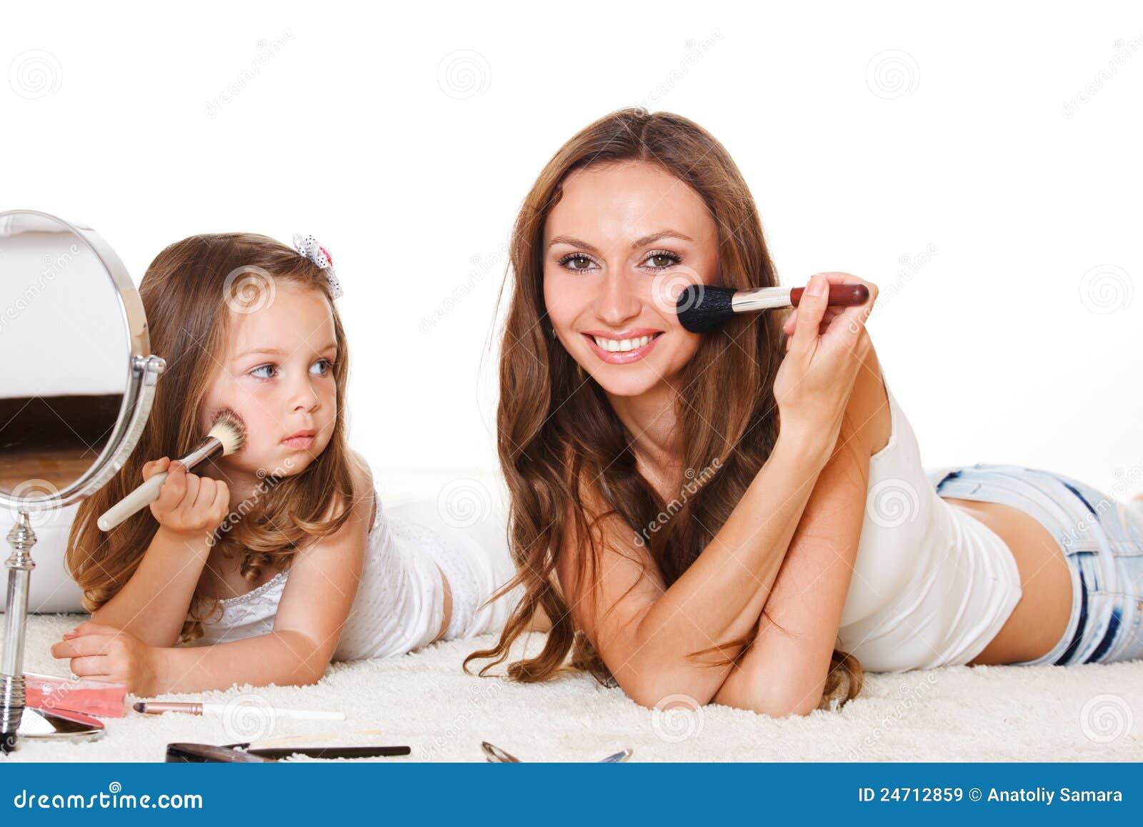 Дочь смотрит как мать
