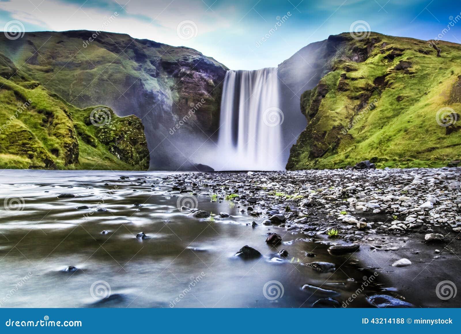 Долгая выдержка известного водопада Skogafoss в Исландии на сумраке