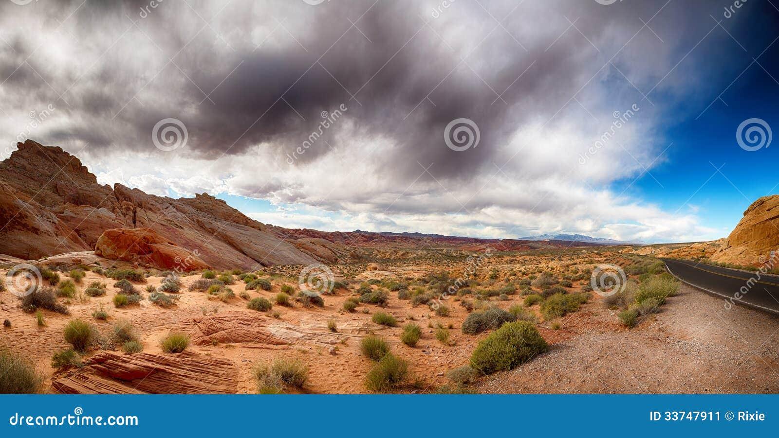 Долина огня с драматическим небом
