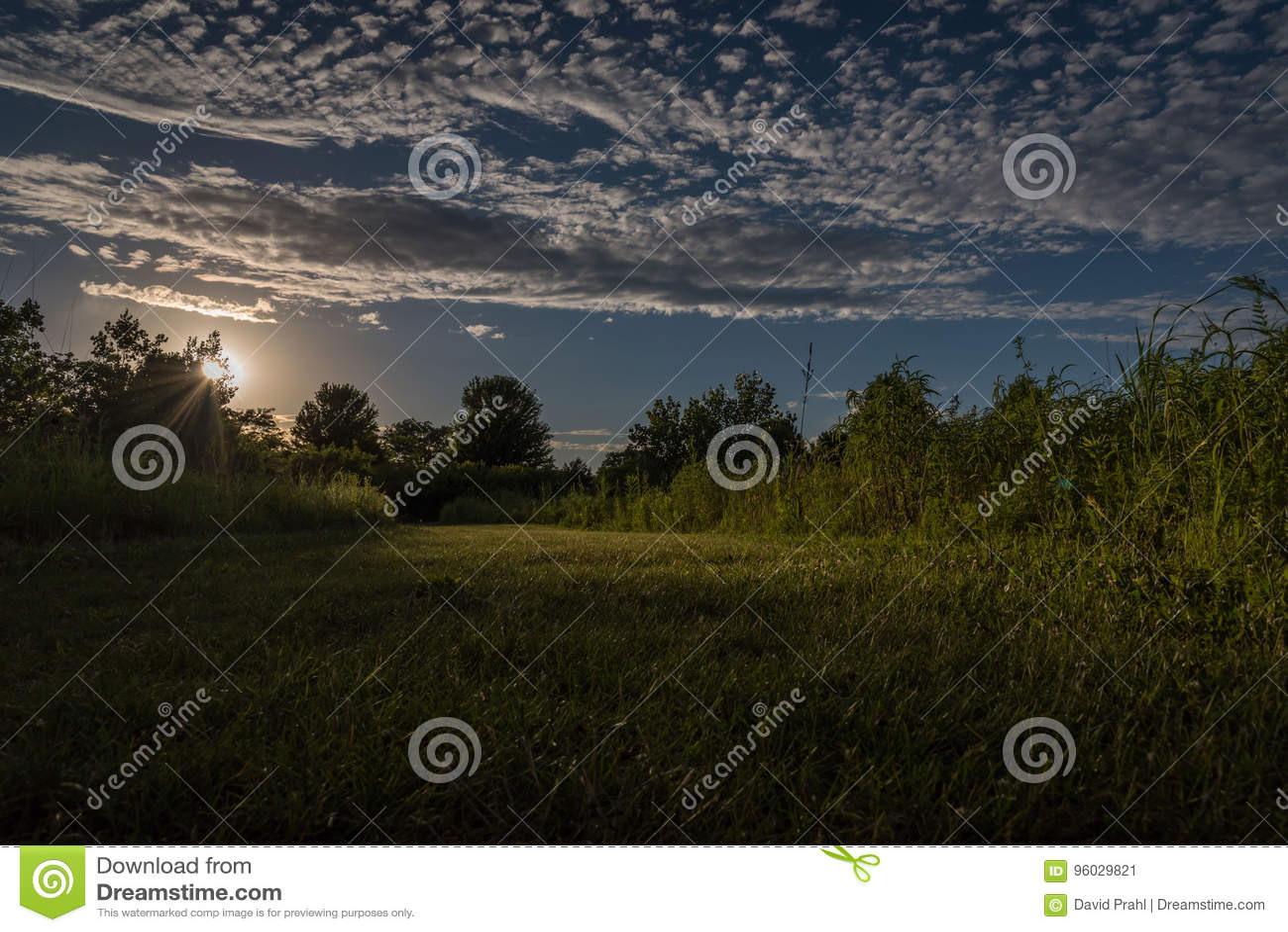 Драматические небо и облака над полем