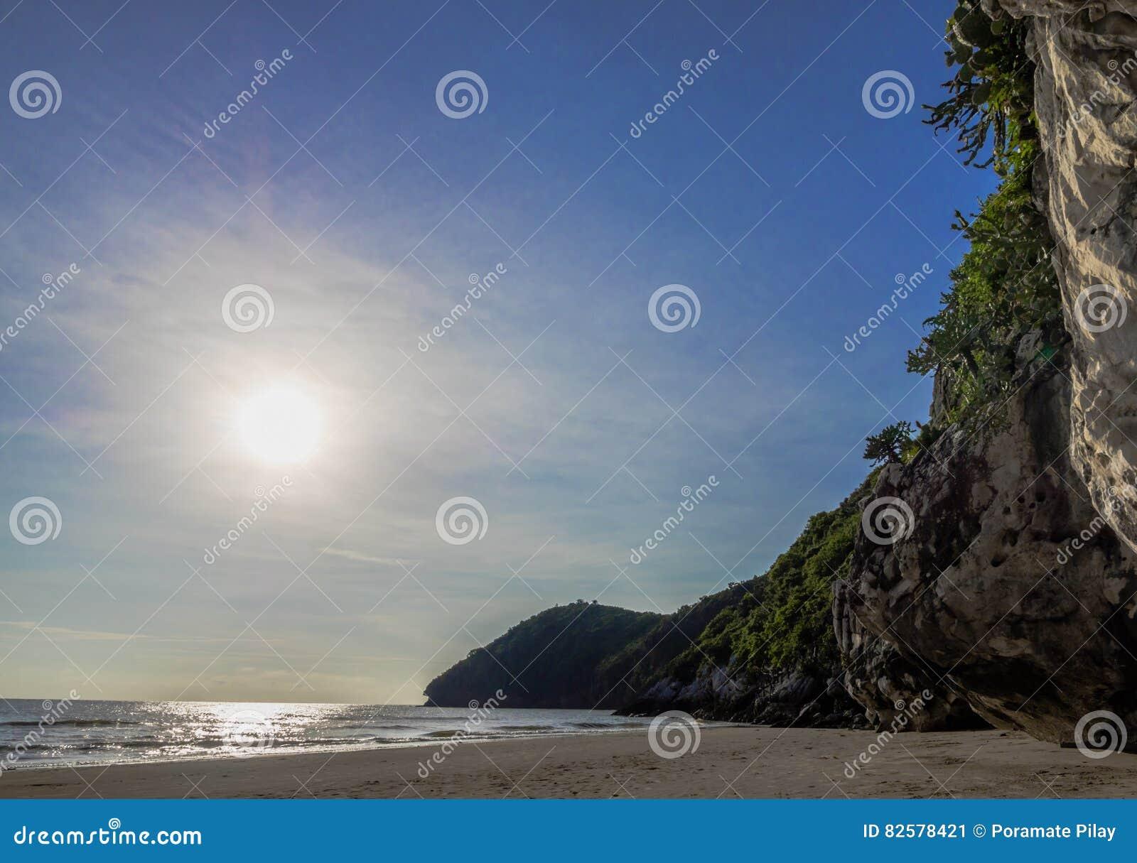 Драматический красивый восход солнца на пляже Pranburi и Khao Kalok
