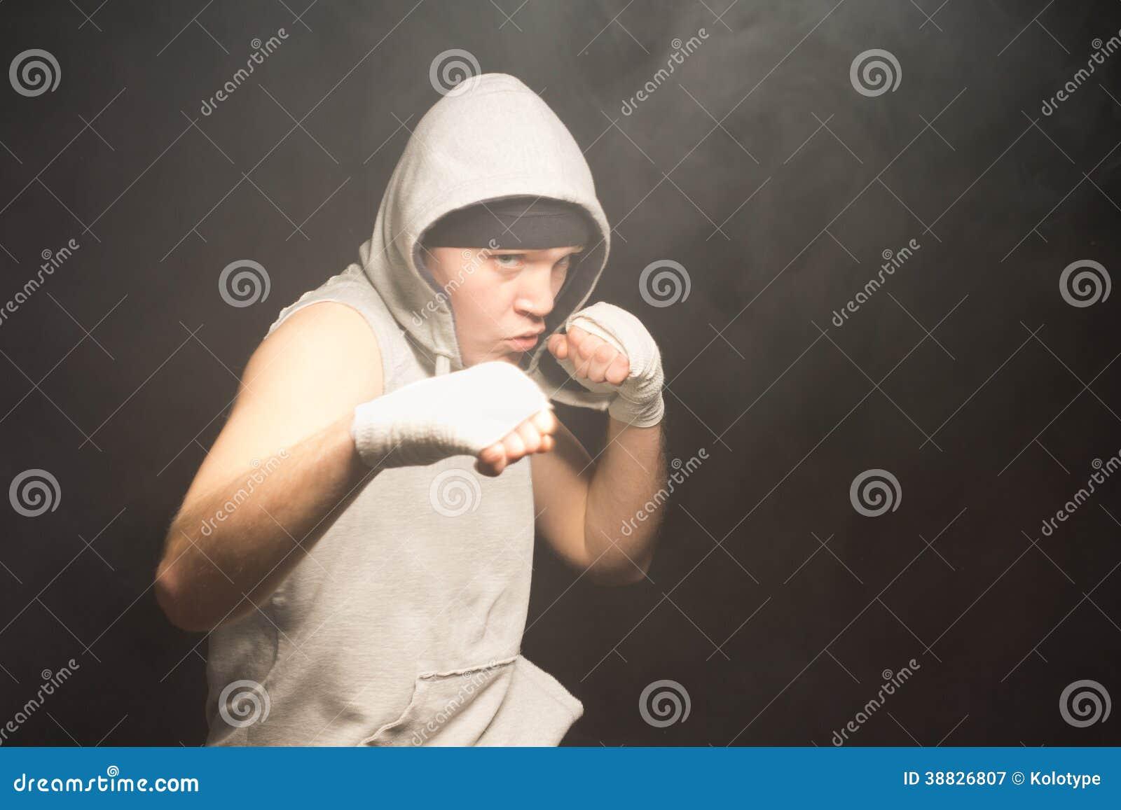 Драчливый молодой боксер в бое