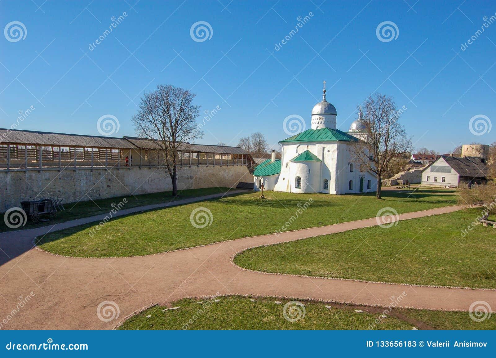 Древняя крепость в городе Izborsk, области Пскова, России Виски на территории