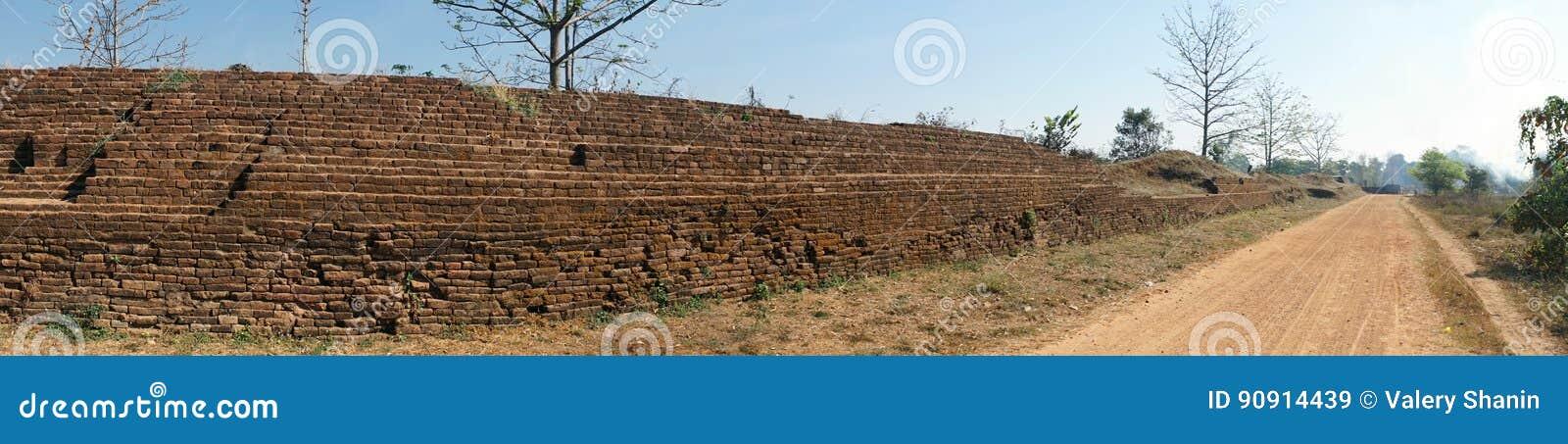 Древняя стена и дорога