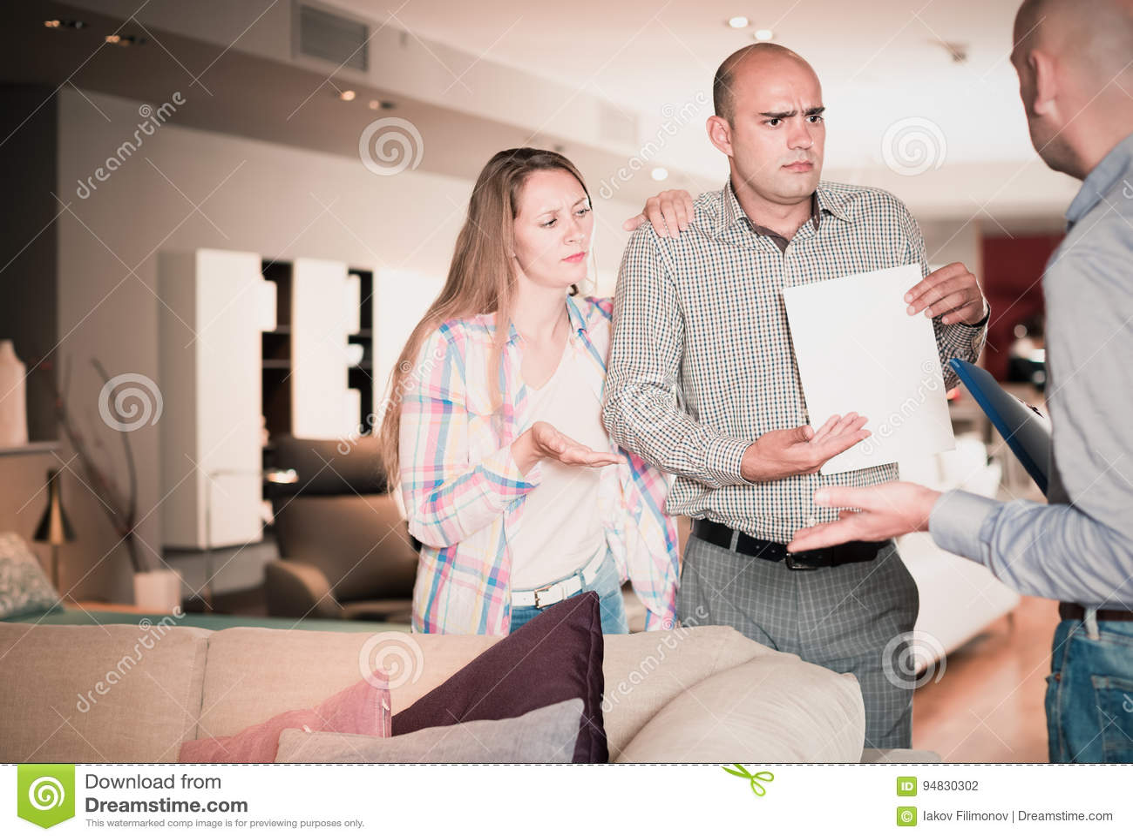 Дружелюбные пары семьи неудовлетворенные с обслуживанием