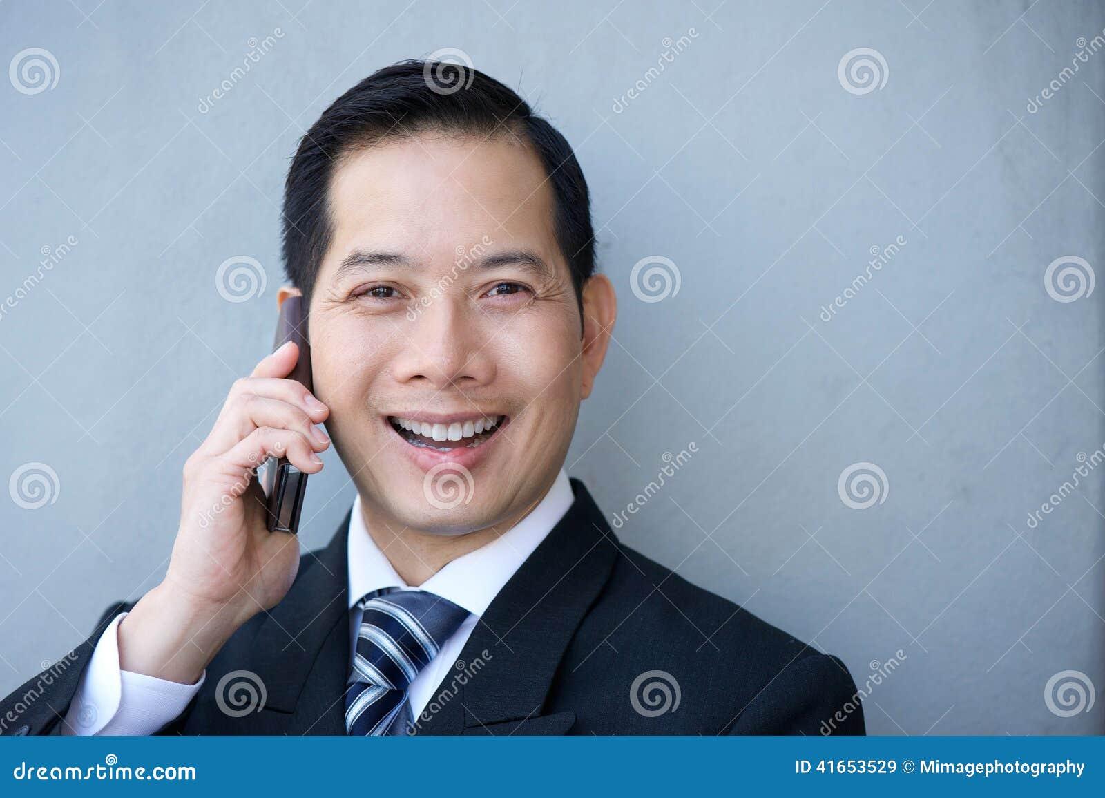 Дружелюбный бизнесмен с мобильным телефоном