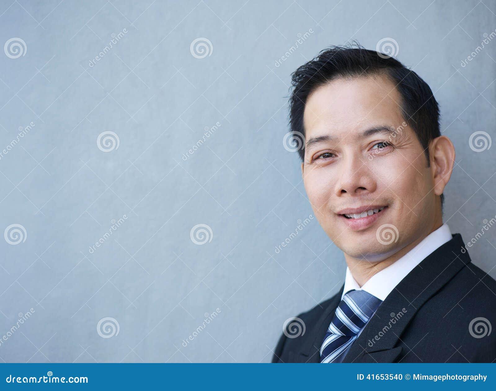 Дружелюбный усмехаться бизнесмена