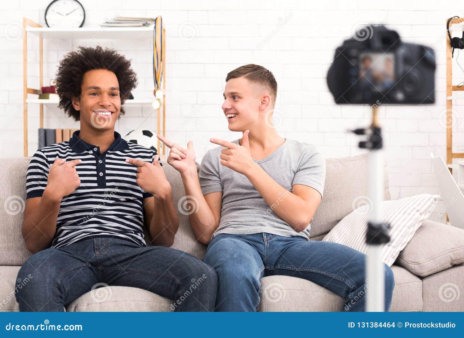 Друзья вводя один другого к их телезрителям