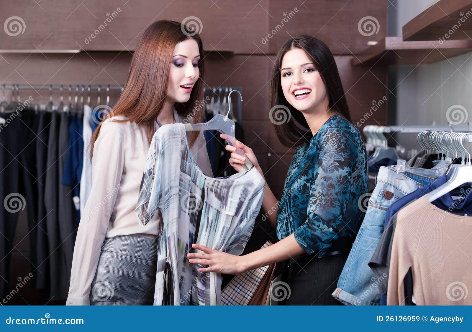 Друзья делают покупку и обсуждают платье