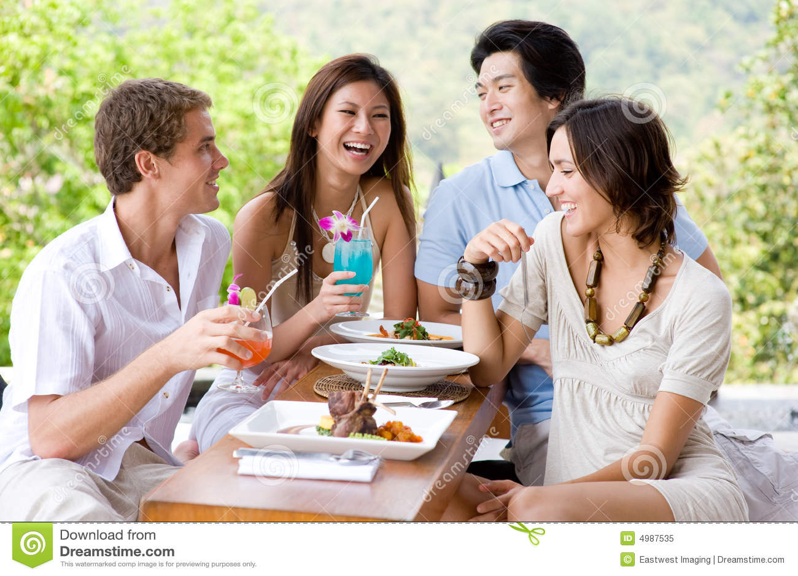 Друзья имея обед