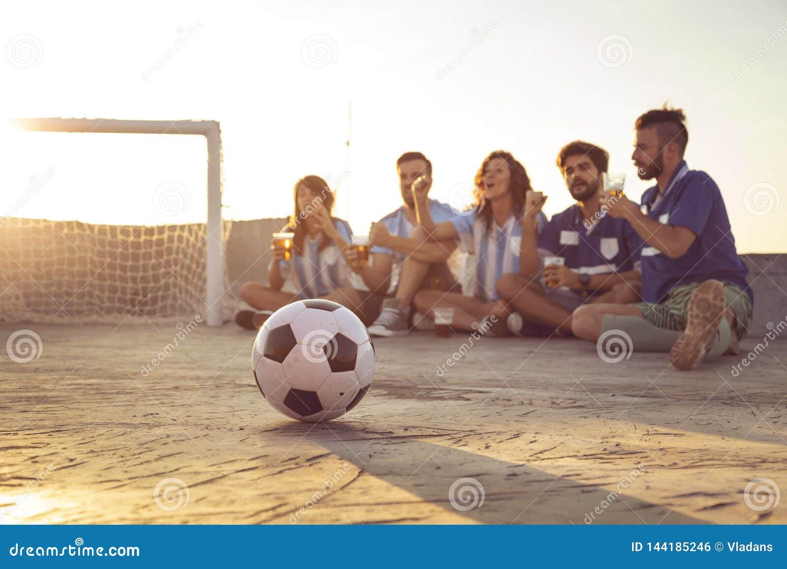 Друзья наблюдая футбольный матч