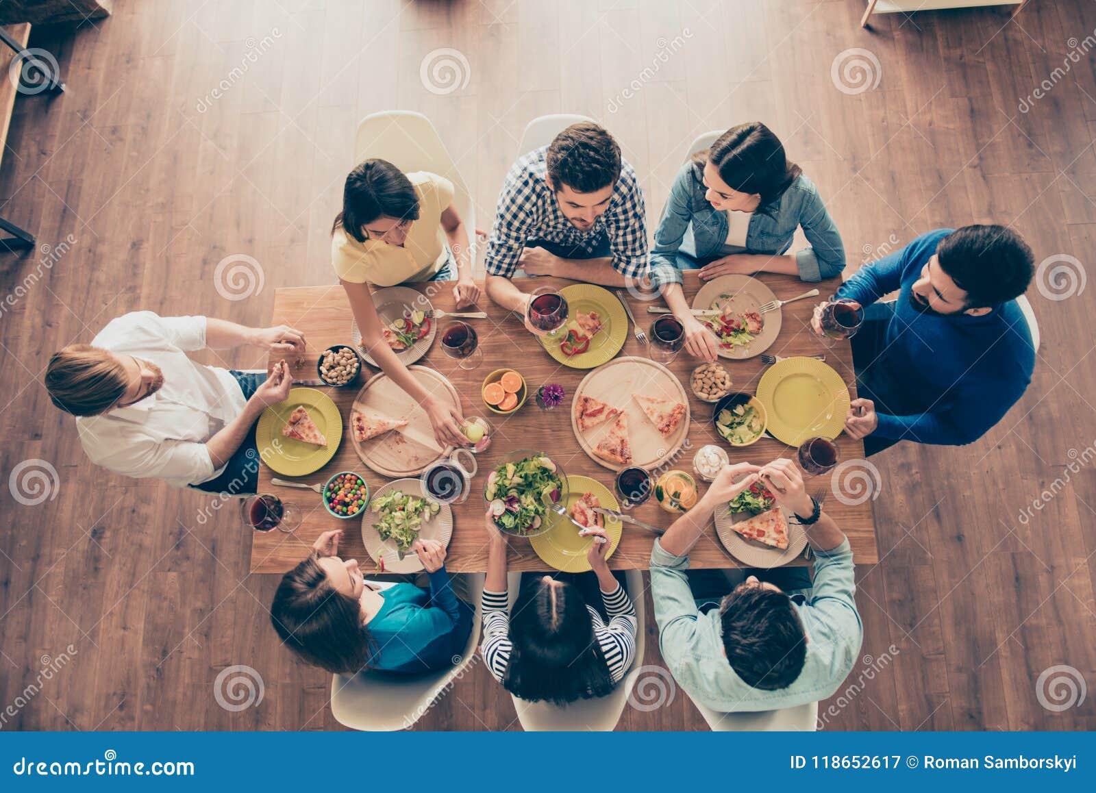 Друзья навсегда! Взгляд сверху группы в составе молодые люди, которое havi