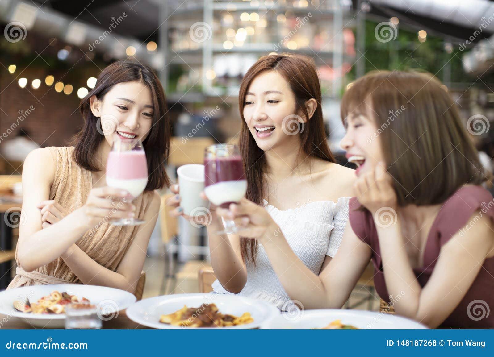 Друзья празднуют с тостом и Clink в ресторане