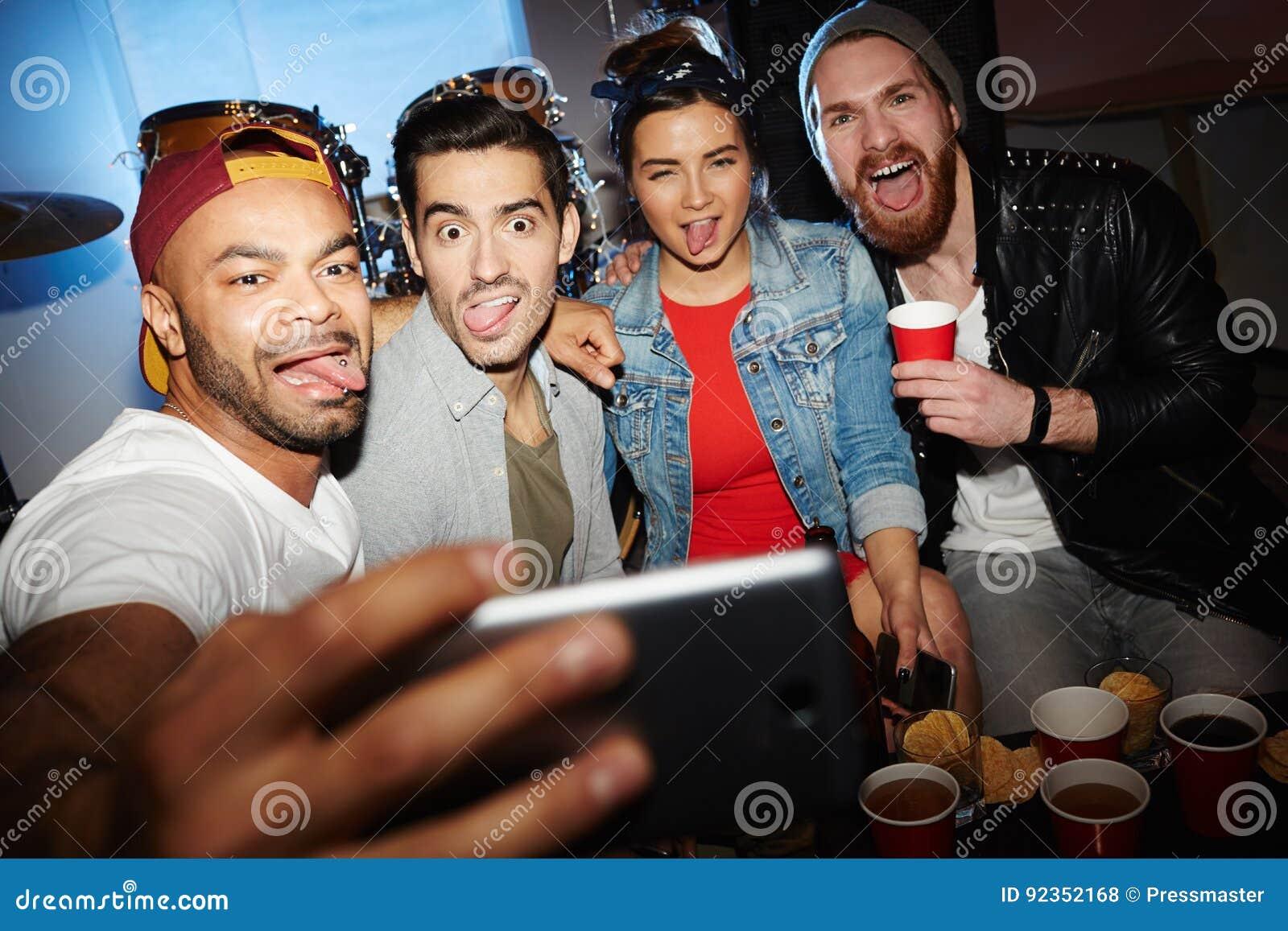 Download Друзья принимая шальное Selfie на внушительную партию ночного клуба Стоковое Фото - изображение насчитывающей изображение, гримасничать: 92352168
