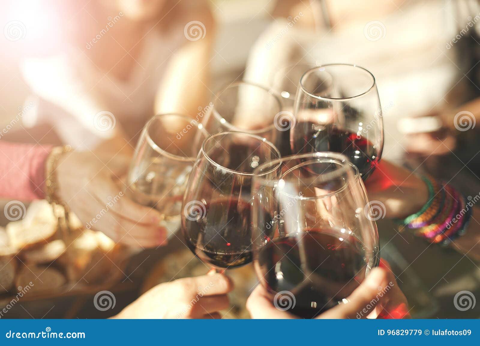 Друзья провозглашать с вином