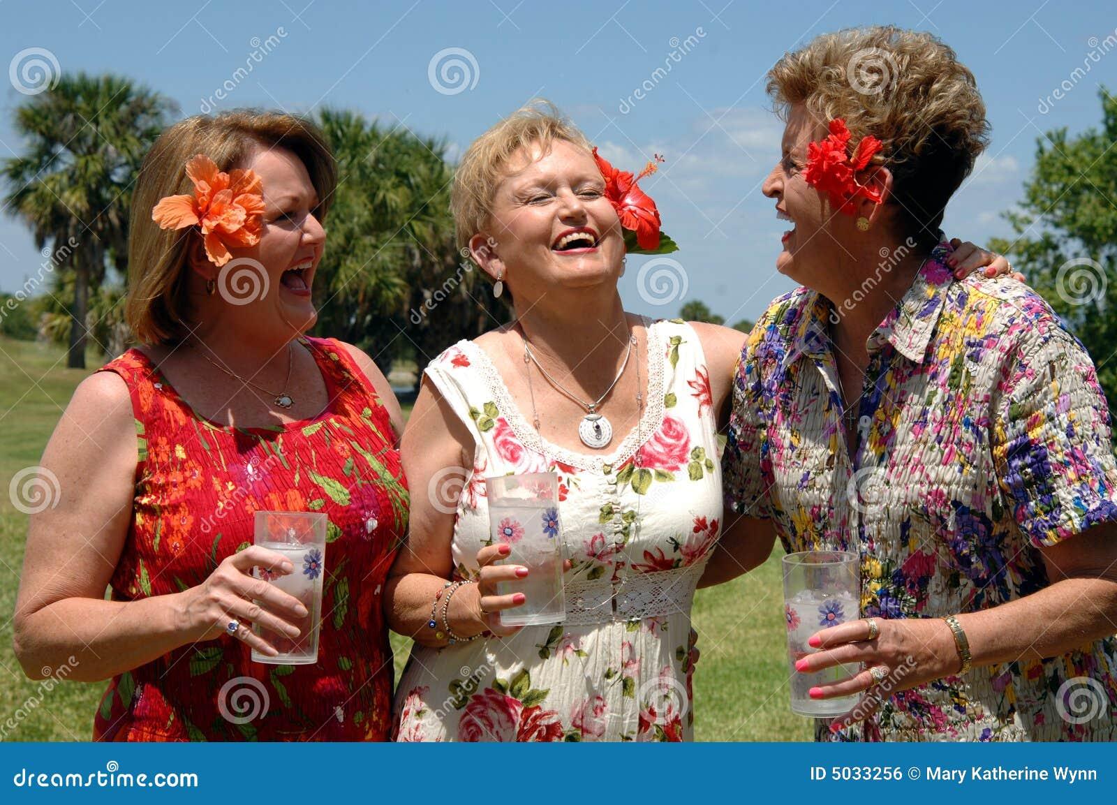 друзья смеясь над старшием