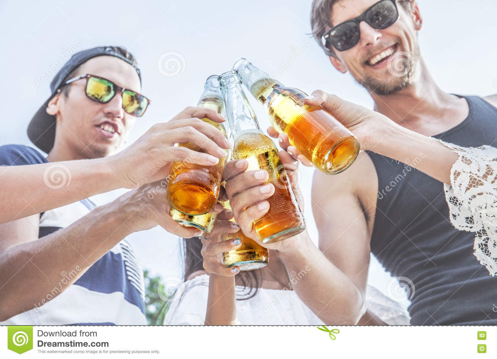 Друзья clinking пиво