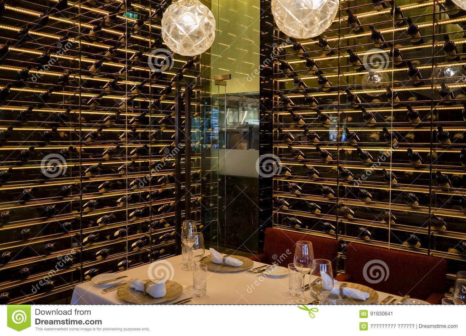 Дубай Лето 2016 Интерьер ресторана Ritz Carlton Абу-Даби вина