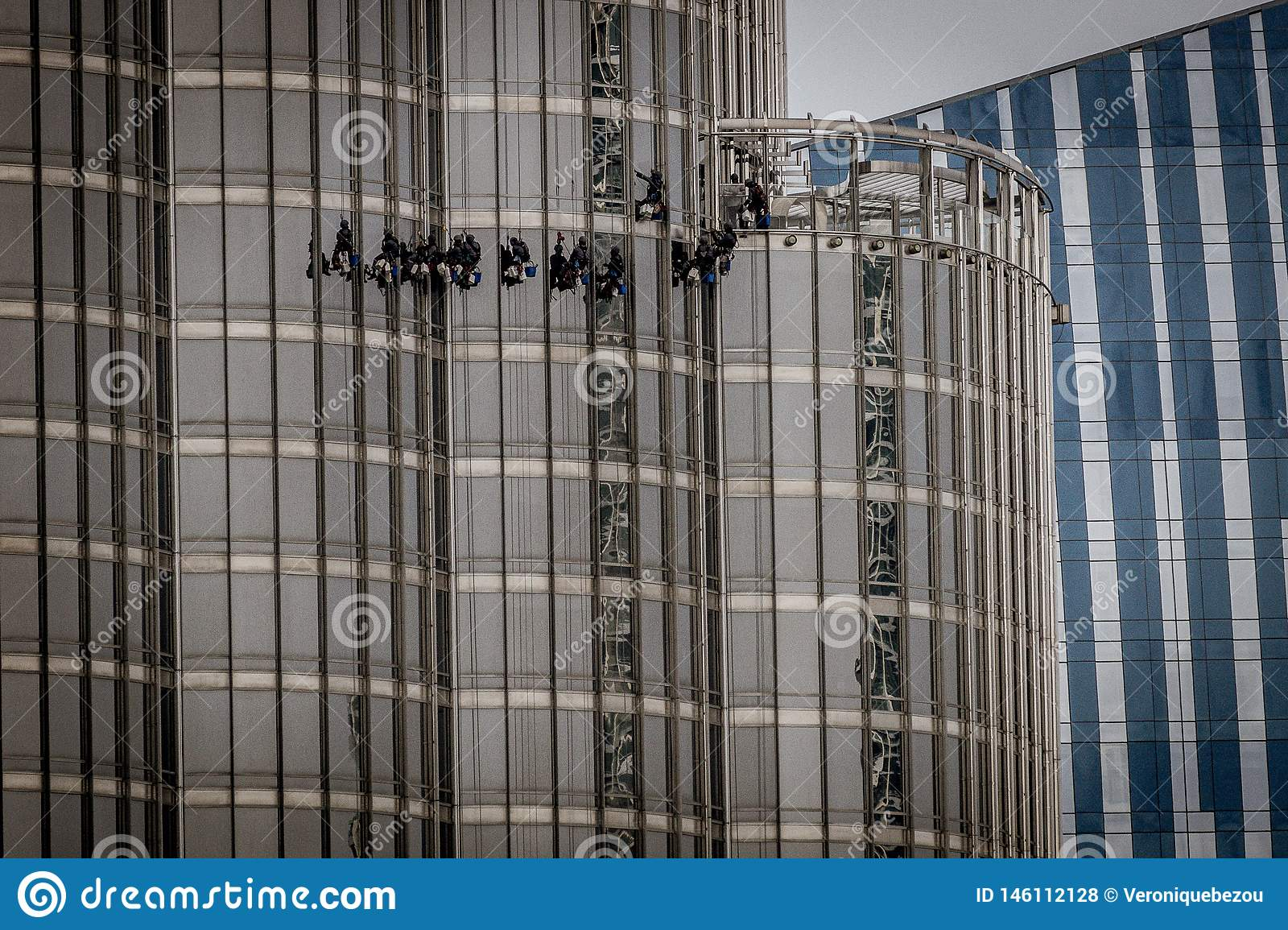 Дубай, ОАЭ - 28-ое апреля 2019: Очищая окна на Burj Khalifa