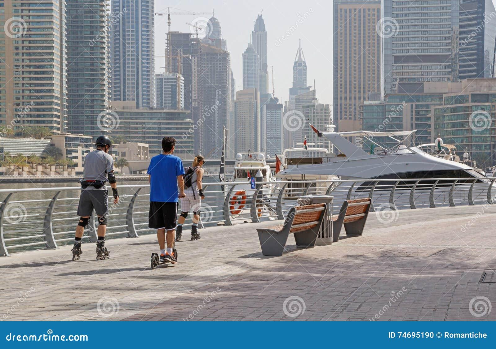 ДУБАЙ, ОАЭ - 12-ОЕ МАЯ 2016: конькобежцы ролика на пешеходной дорожке