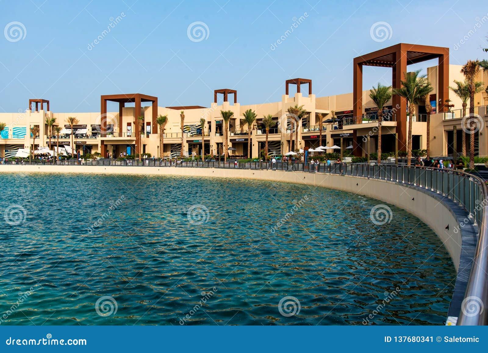 Дубай, Объениненные Арабские Эмираты - 25-ое января 2019: Назначение обедать и развлечений портового района Pointe на ладони Jume