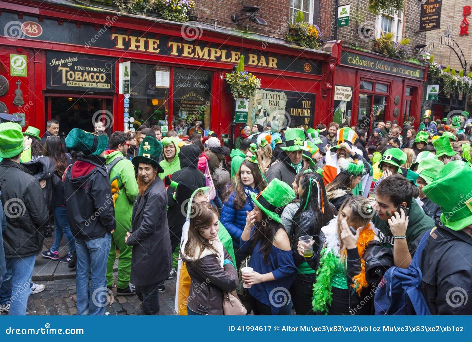 ДУБЛИН, ИРЛАНДИЯ - 17-ОЕ МАРТА: Парад дня St. Patrick в Дублине