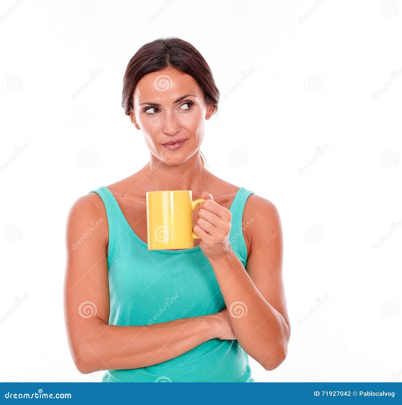 Думая женщина брюнет с кружкой кофе