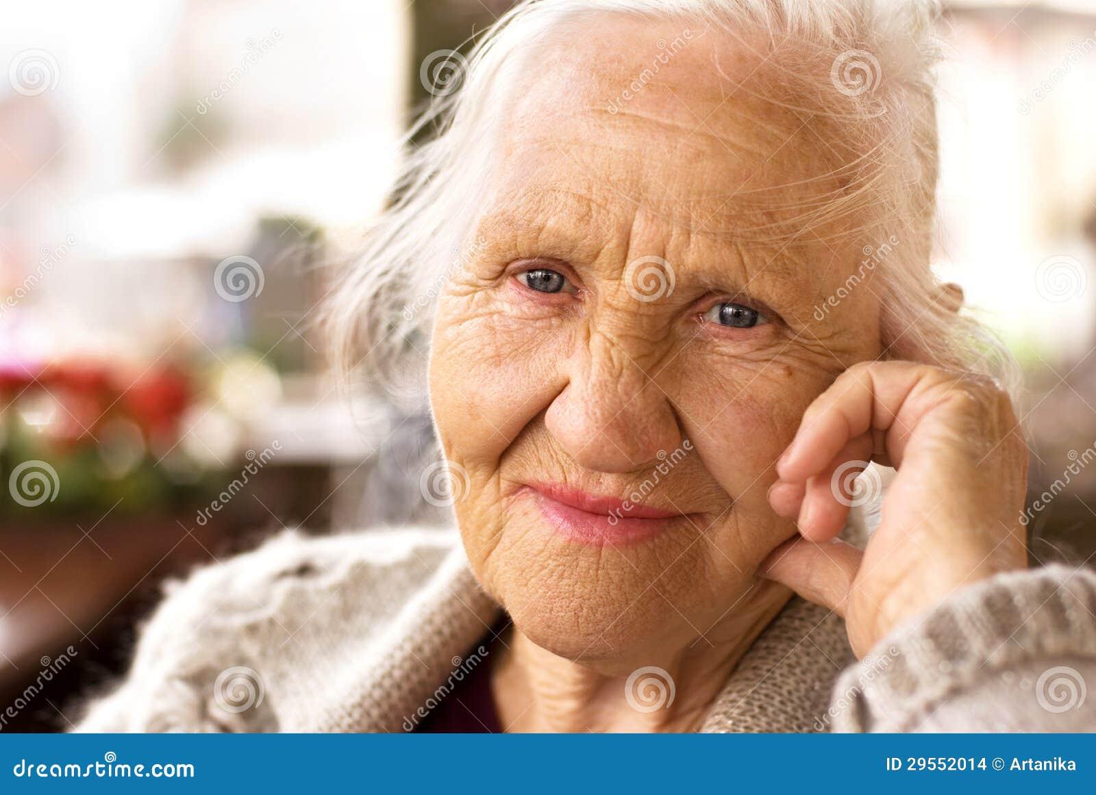 Думая пожилая женщина