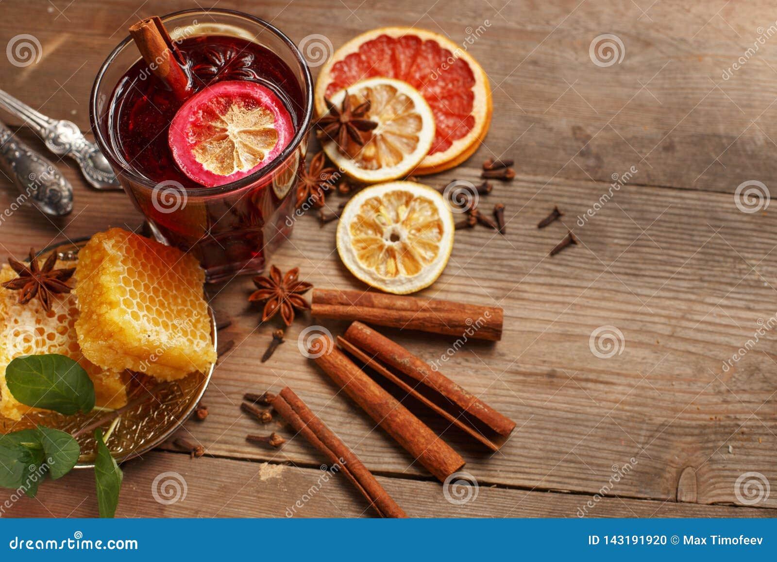 Душистое обдумыванное вино на деревянном столе r Деревенский