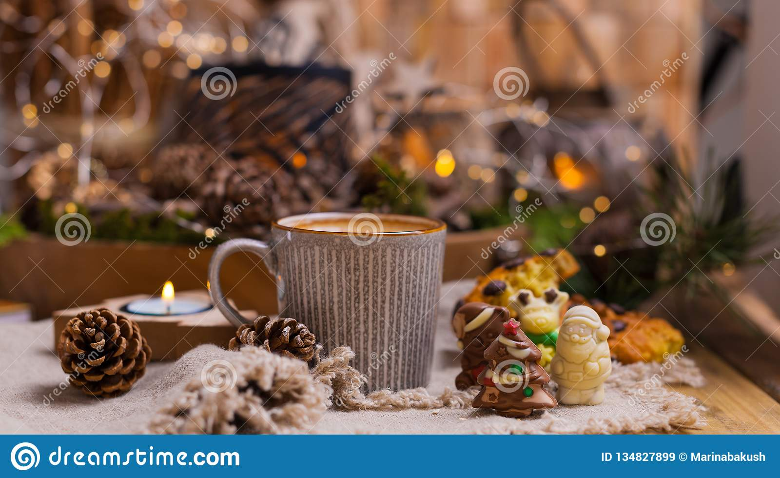 Душистый кофе, шоколады в форме диаграмм рождества Печенья и горячий напиток на праздник Уютная атмосфера, свечи