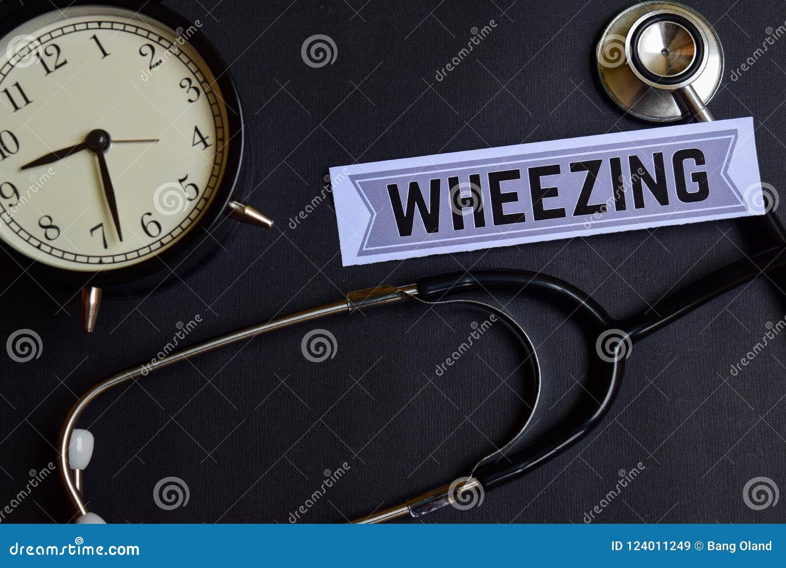 Дышать с присвистом на бумаге с воодушевленностью концепции здравоохранения будильник, черный стетоскоп