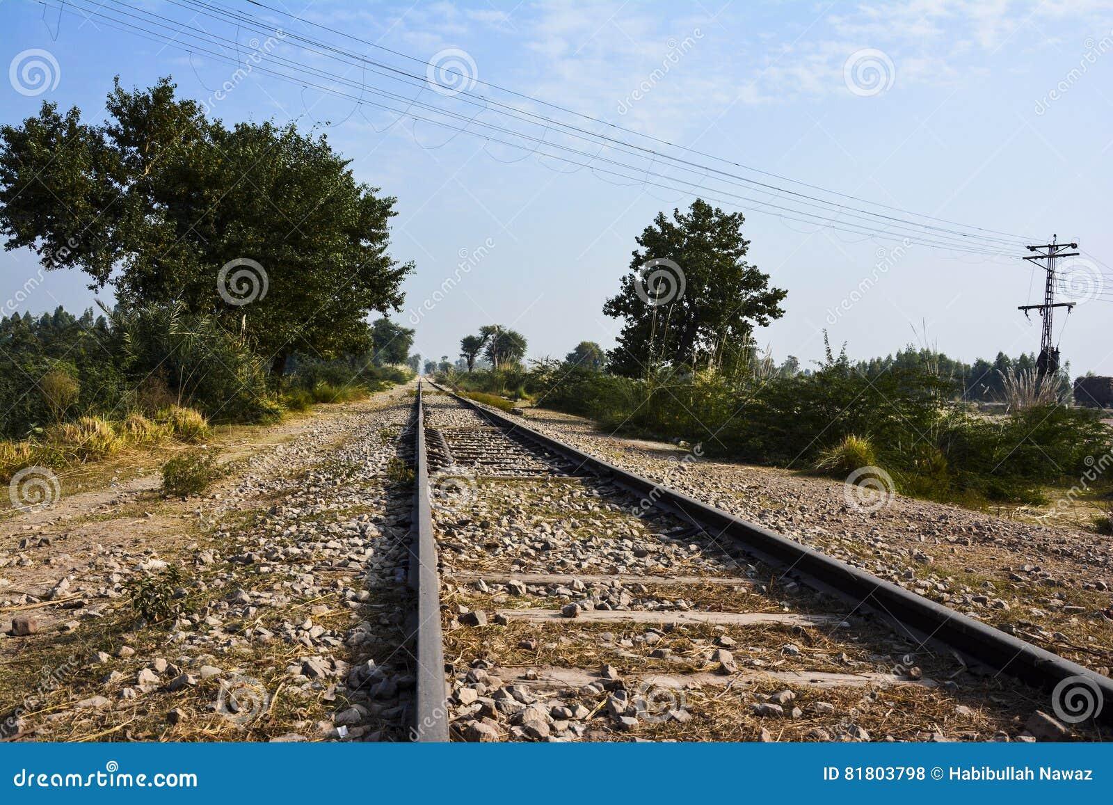 Длинное и старое 'railroad' следа поезда - голубое небо
