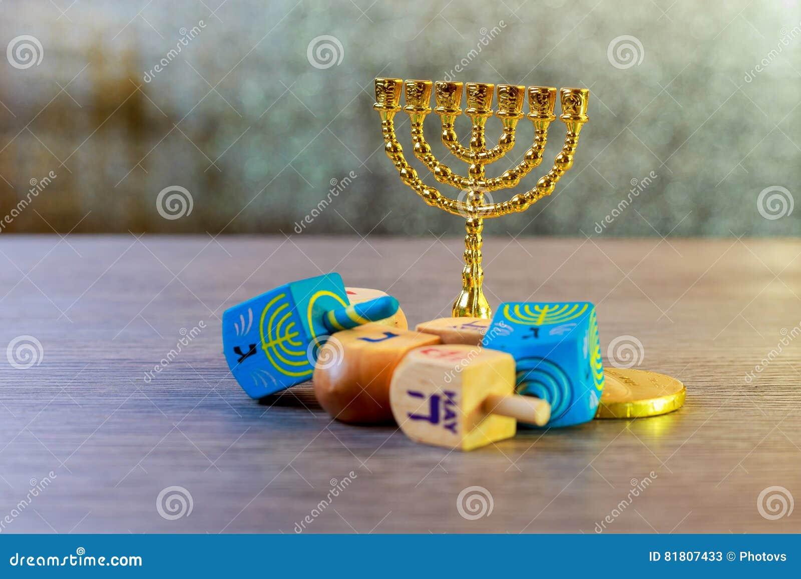 еврейский праздник Ханука с монетками закручивая верхней части и шоколада деревянного собрания dreidels на таблице