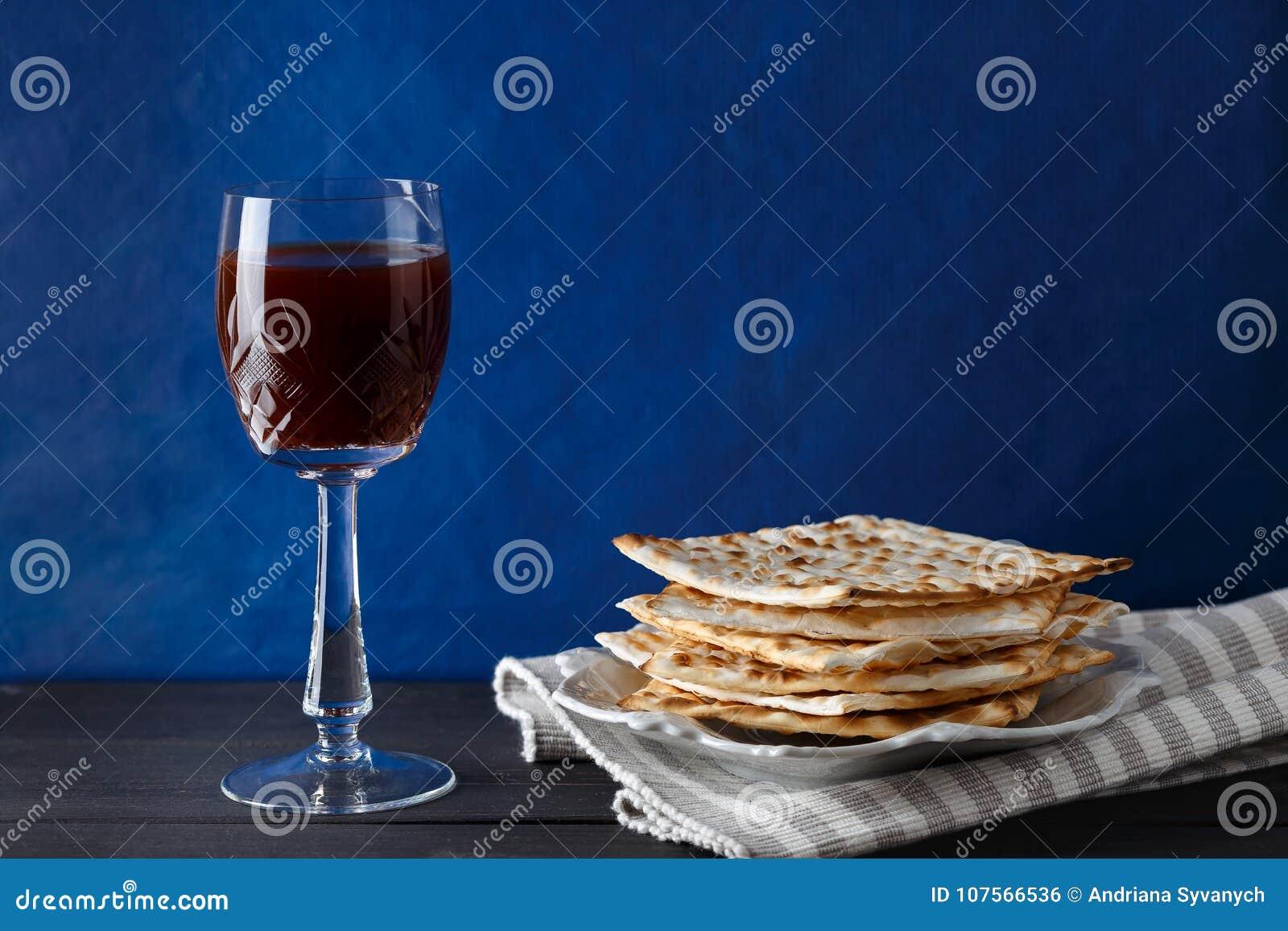 Еврейский хлеб Matzah с вином на праздник еврейской пасхи