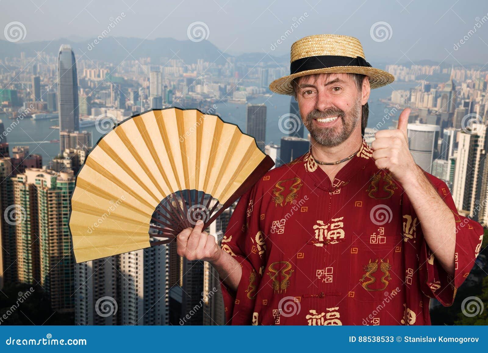 Европейский человек в костюме традиционного китайския в Гонконге
