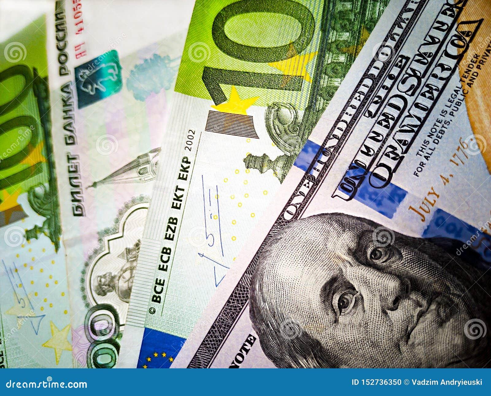 Евро 100 доллары США, 100 и русские рубли банкнот o Изображение цвета денег