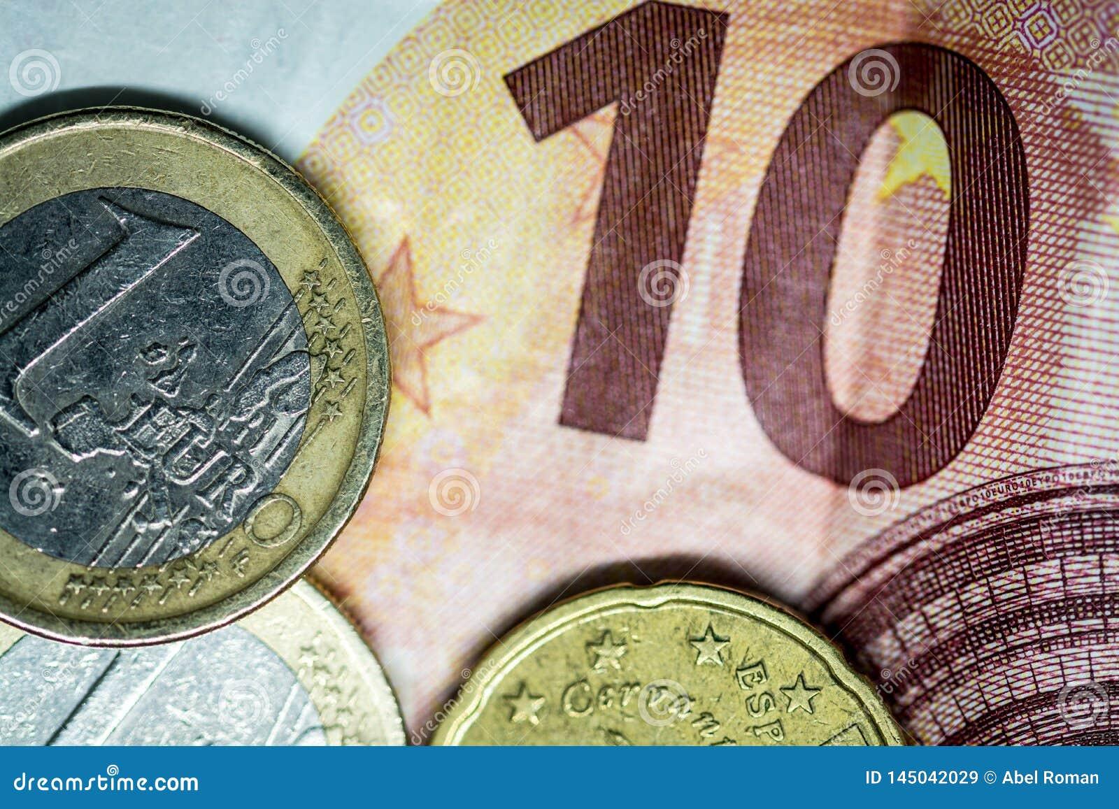 10 евро представляют счет, и 2 монетки