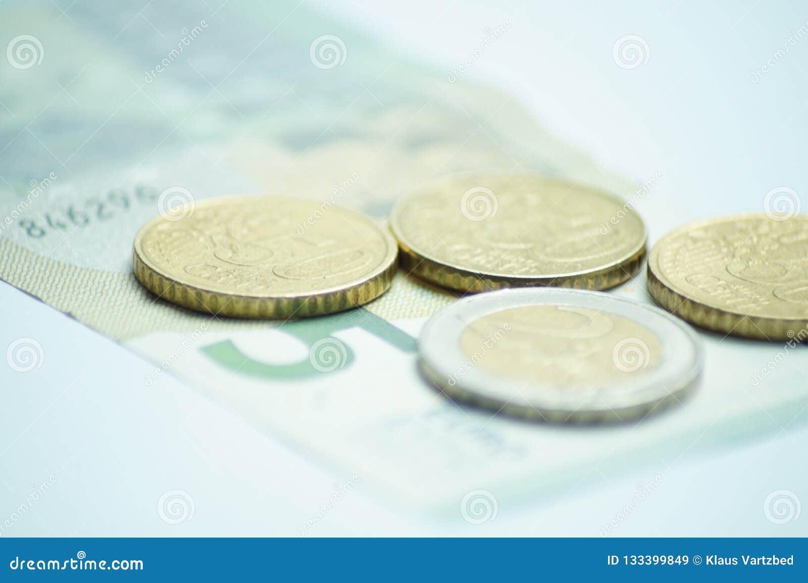 Евро 8,50 с монетками евро и банкнотой