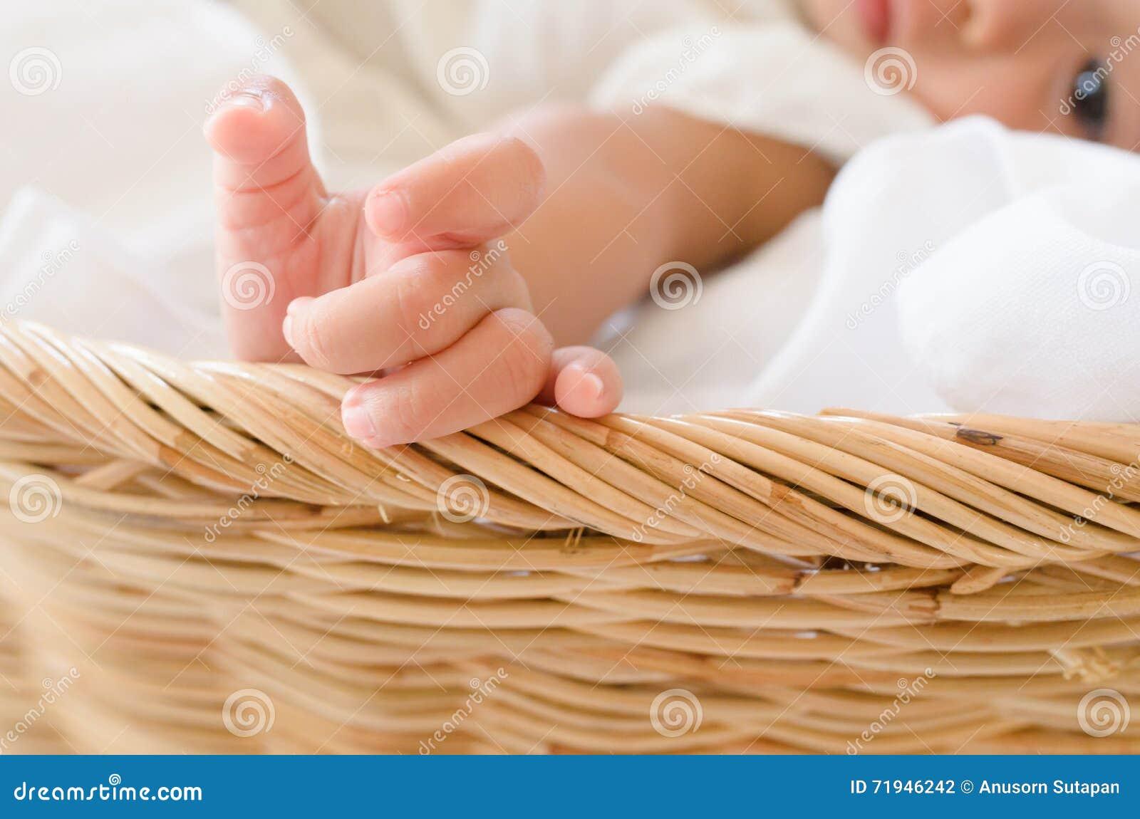 девушка корзины младенца Селективный фокус в наличии