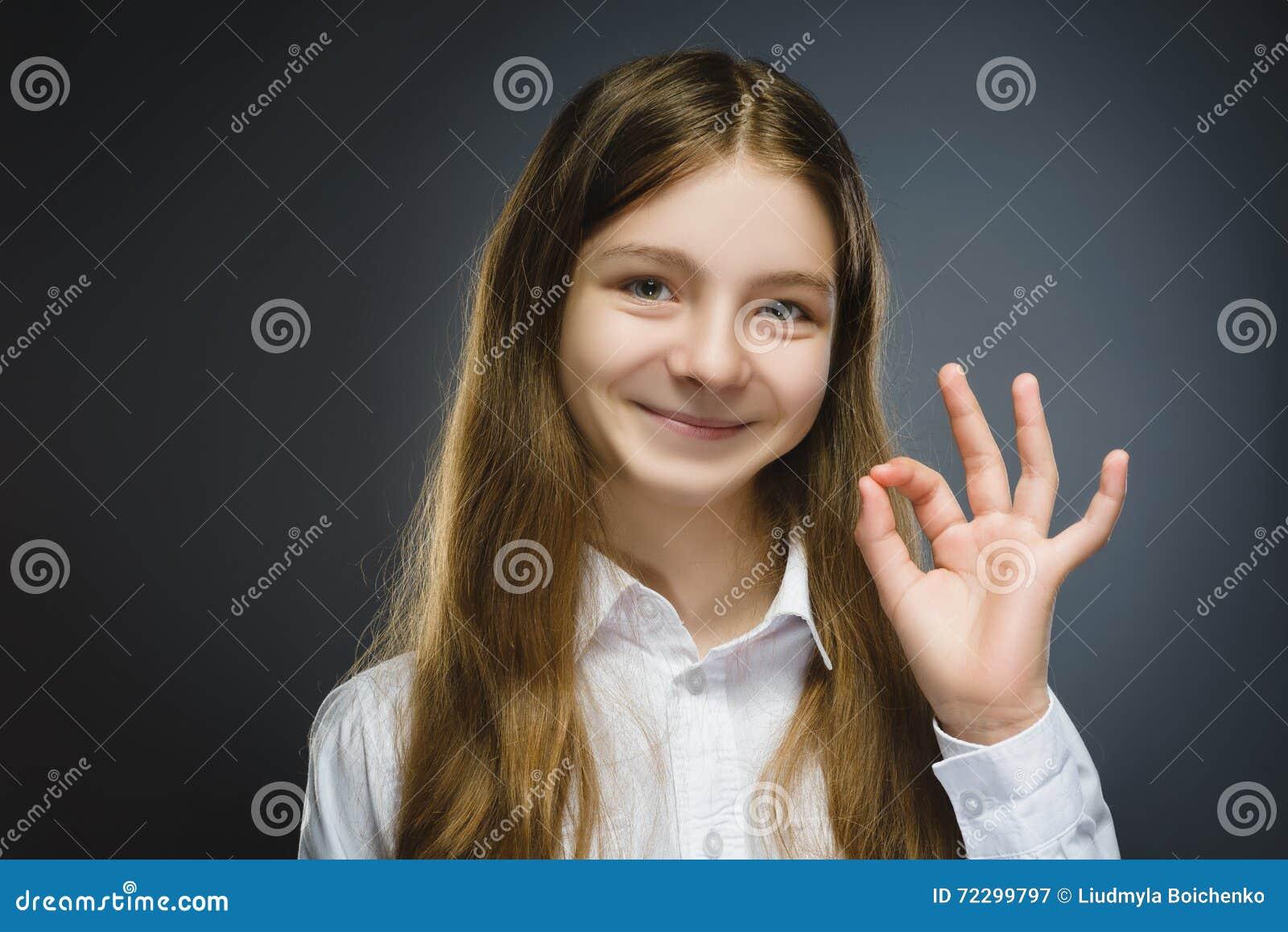 Download девушка счастливая Портрет крупного плана красивое предназначенного для подростков в изоляте о'кей выставки вскользь рубашки усме Стоковое Изображение - изображение насчитывающей девушка, убежено: 72299797