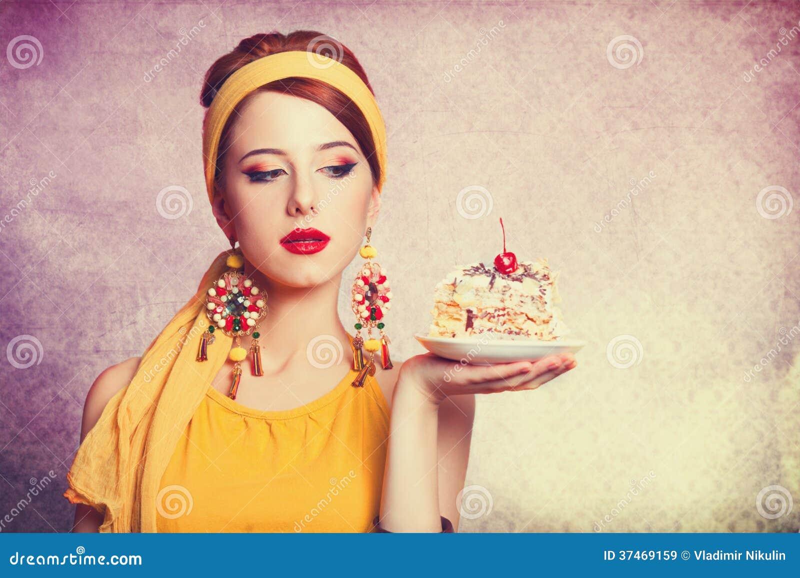 Из торта девушка фото