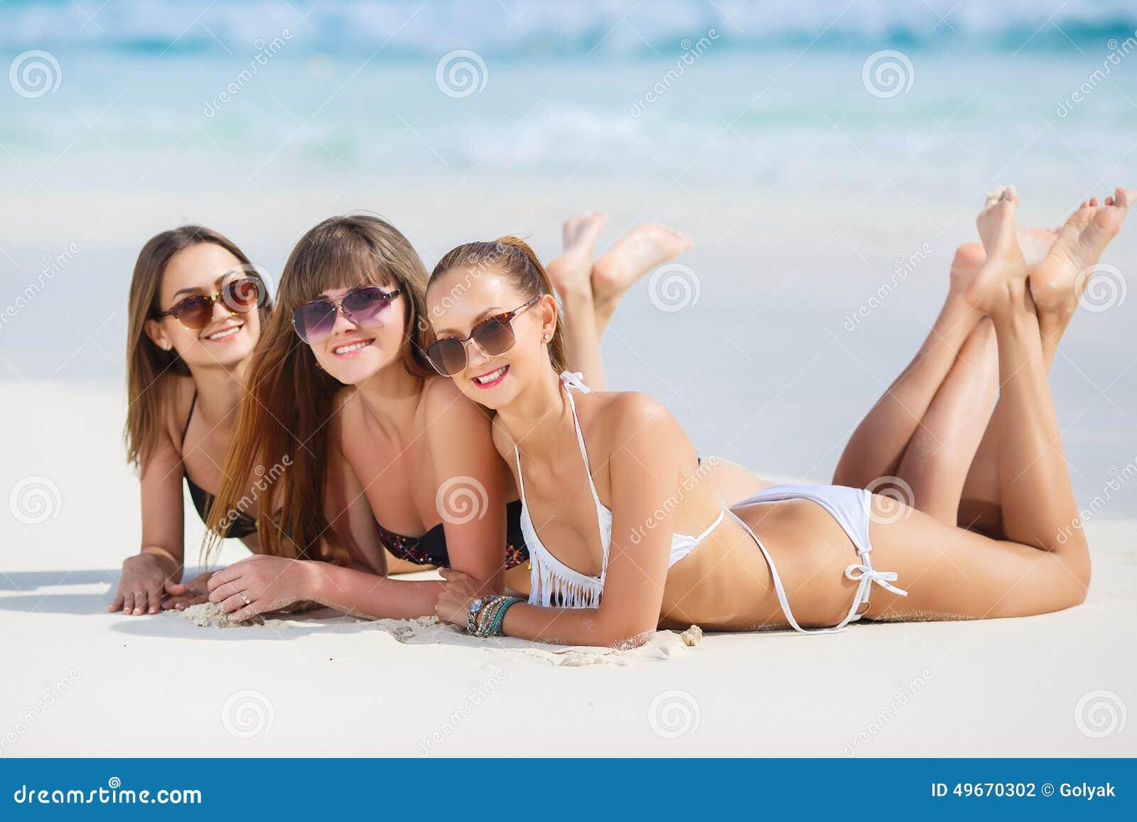 Девушки в бикини загорают фото 225-582
