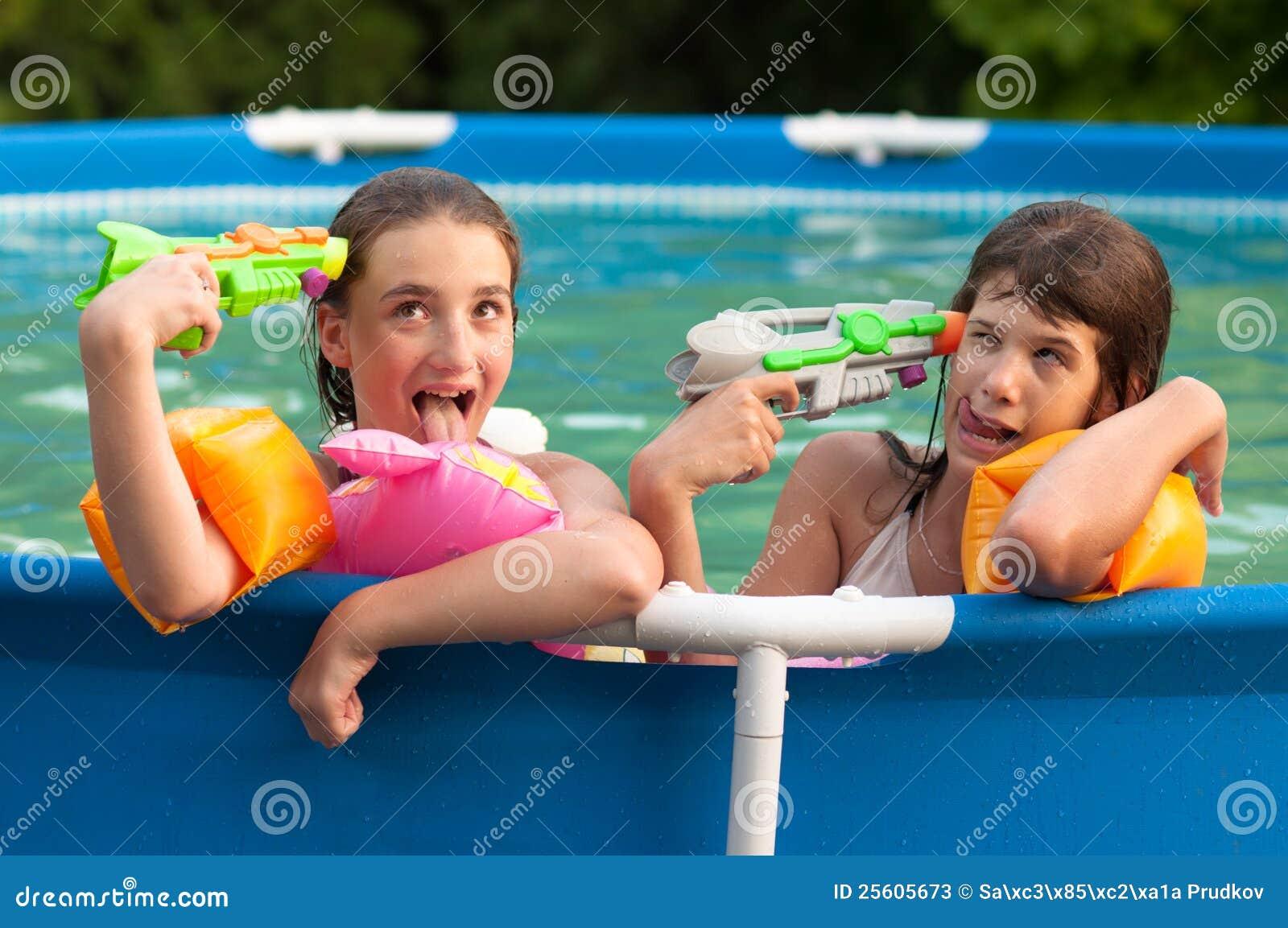 Подростковые девушка фото в бассейне