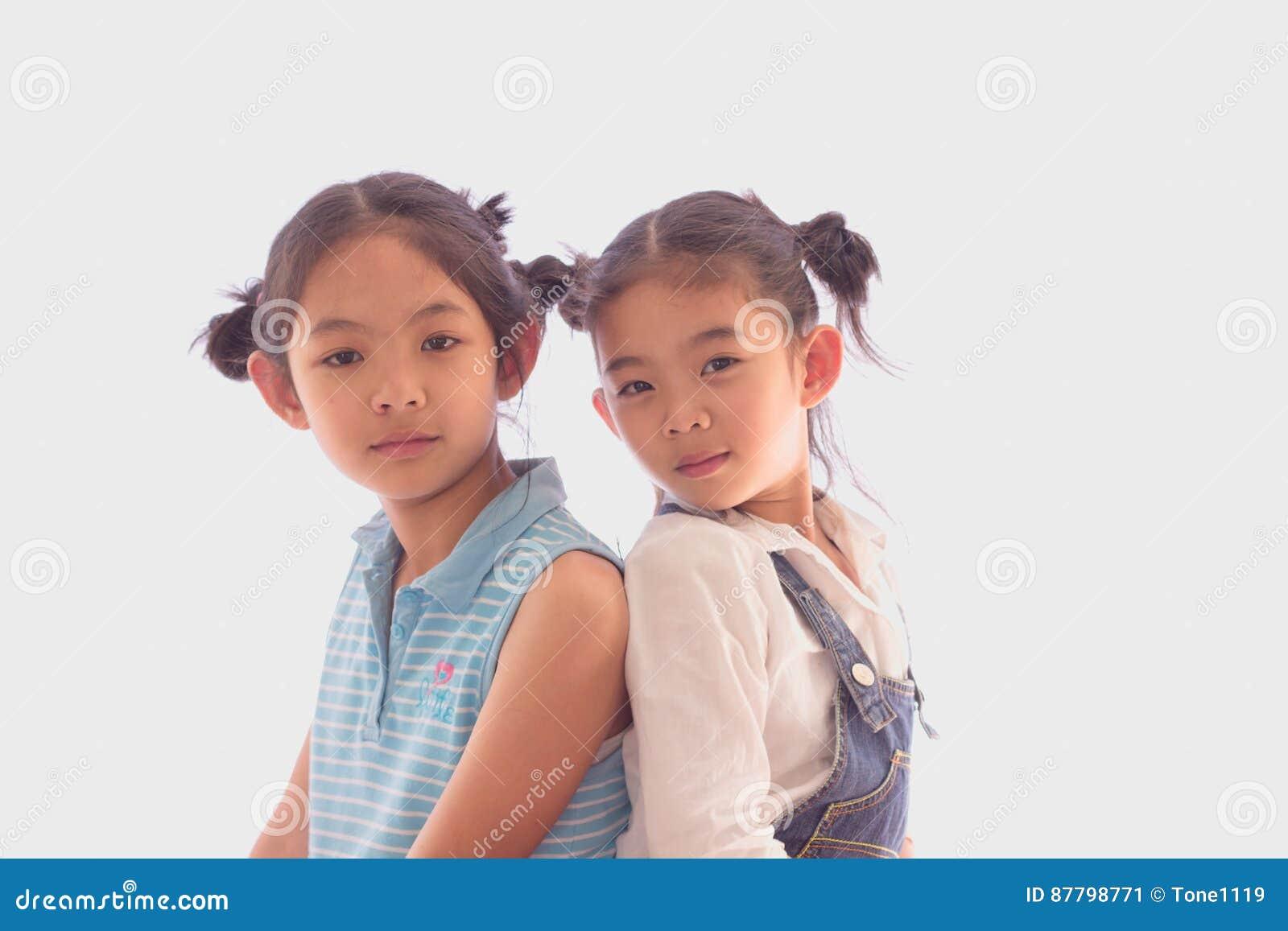 2 девушки подпирают совместно