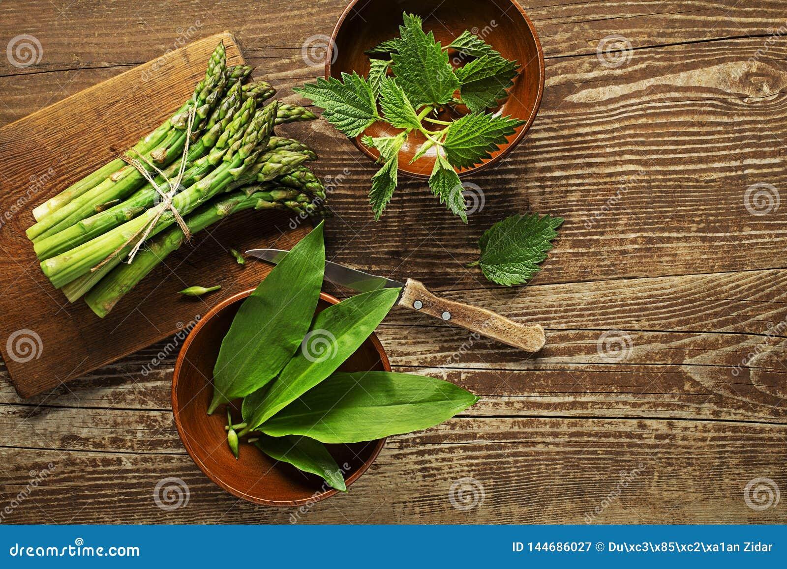 Еда весны здоровая с крапивой спаржи и диким чесноком