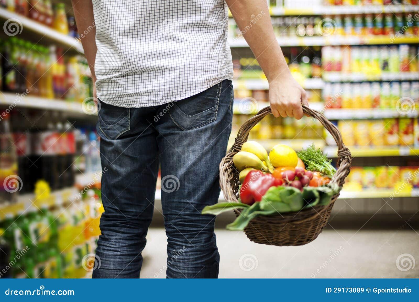 Еда заполненная корзиной здоровая