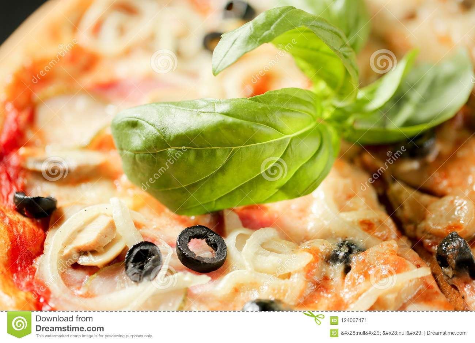 еда здоровая Закройте вверх по изображению еды базилика на итальянской пицце большая вода съемки макроса листьев зеленого цвета п