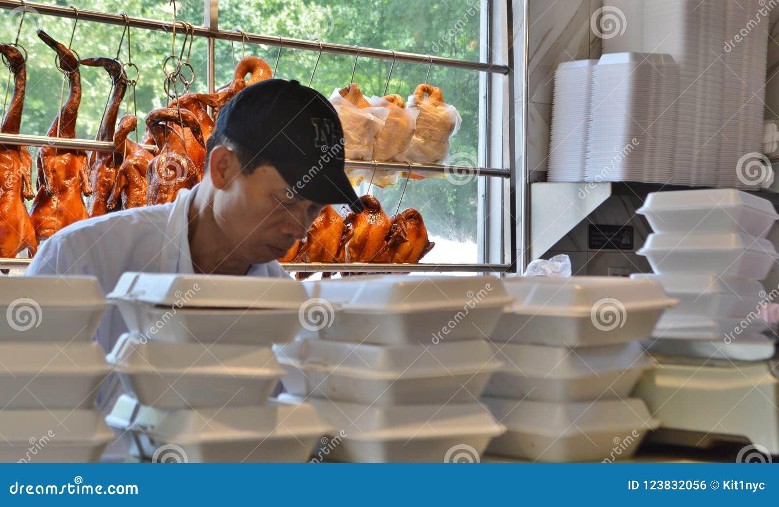 Еда китайца образа жизни жизни работника ресторана Нью-Йорка Чайна-тауна подлинная