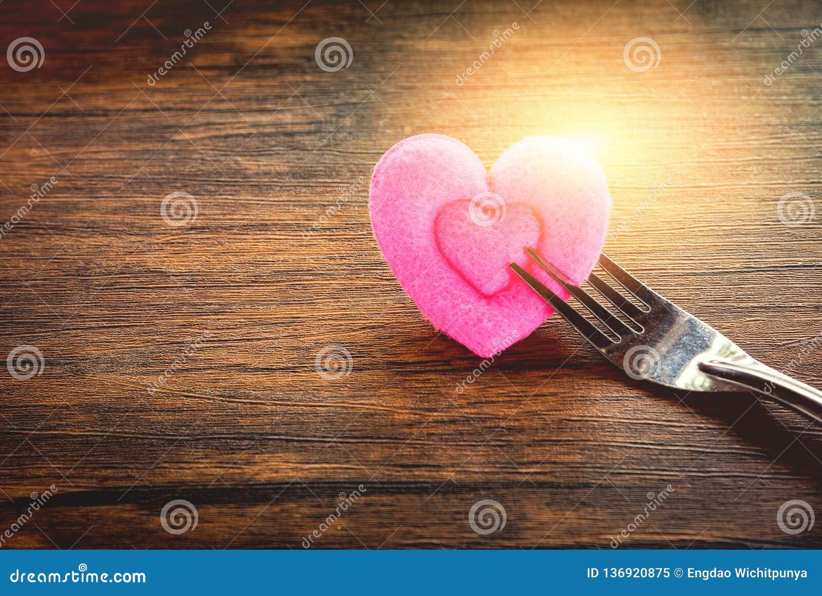Еда любов обедающего валентинок романтичная и любит сварить концепцию - романтичную украшенную сервировку стола
